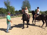 L'insegnante insegna ai nuovi cavalieri