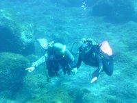 Guiando al alumno bajo el agua