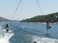 Esquiando en el agua sentados