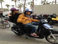 乘坐踏板车走在巴塞罗那摩托车出租的最具代表性的街道