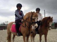 Jóvenes sobre los caballos para la ruta