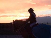 Sobre el caballo al atardecer