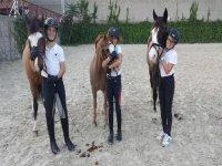 上课期间宠爱他们的马匹