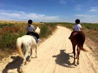 步行至带着孩子们穿过Sanlúcarde Barrameda
