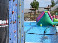 Rocódromo colocado en una piscina