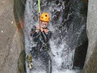 Deslizándose por la cascada