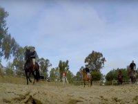 Montando a caballo con un grupo de amigos