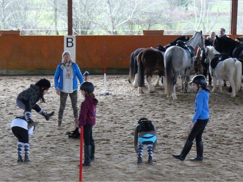saltando al potro mientras los caballos cuchichean