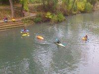 varias personas practicando piragua en el rio