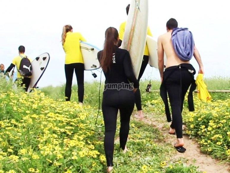 hacia la playa secreta del surfista