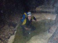 chica con una linterna en la cabeza descubriendo las maravillas de una cueva