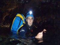hombre sumergido en una cueva con agua