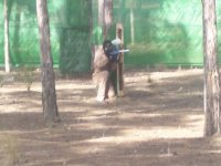 hombre con mono jugando al paintball