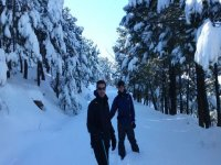 dos personas entre la nieve