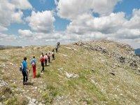 grupo de personas caminando en fila por la naturaleza