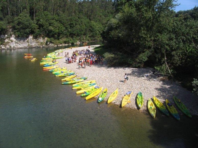 Todas las canoas preparadas en el Deva