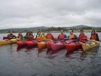 Los kayaks en fila
