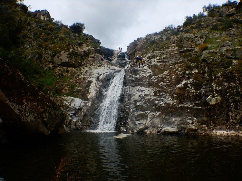Bajando con rapel junto a la cascada