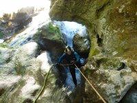Practicando rappel durante el descenso