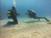 接近海底潜水员水下通信潜水员