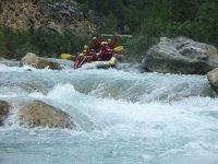 Practicar rafting