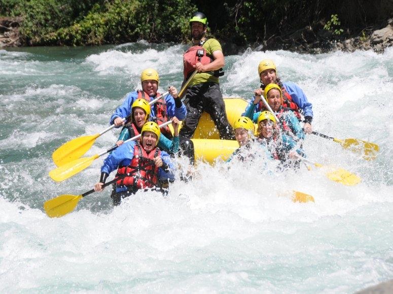 Superando aguas bravas en rafting