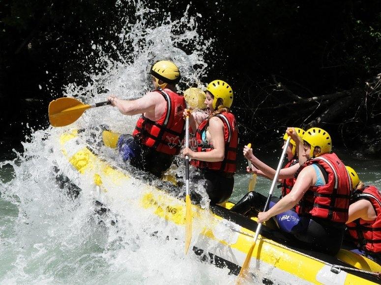 Cabalgando las aguas bravas haciendo rafting