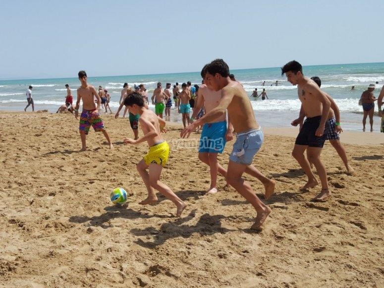 jugando al futbol en la playa de Torrevieja
