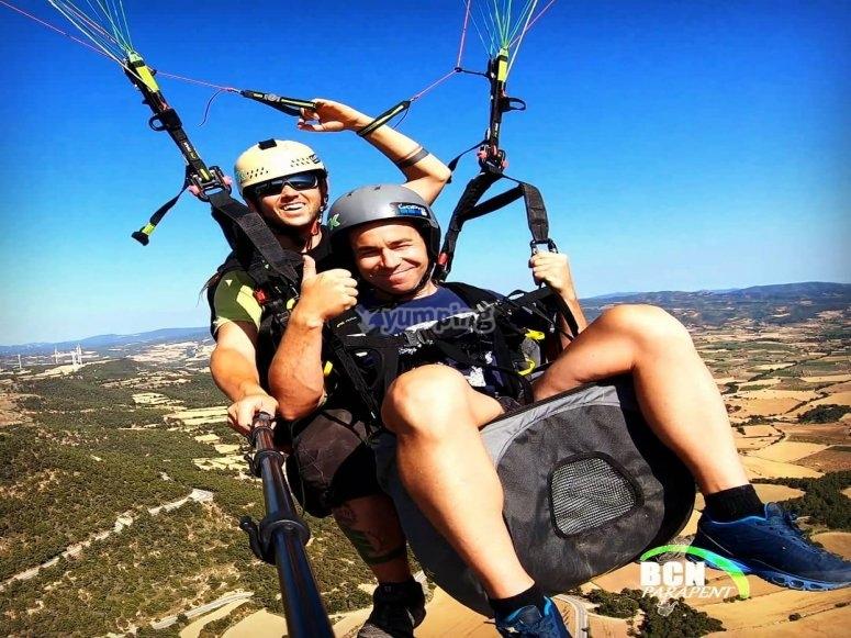 在滑翔伞中飞过伊瓜拉达(Igualada)的磨坊