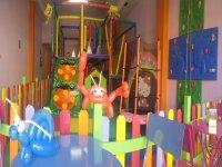 parque infantil colorido con globos en la mesa