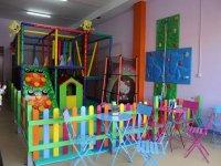 parque infantil junto a mesas de colores