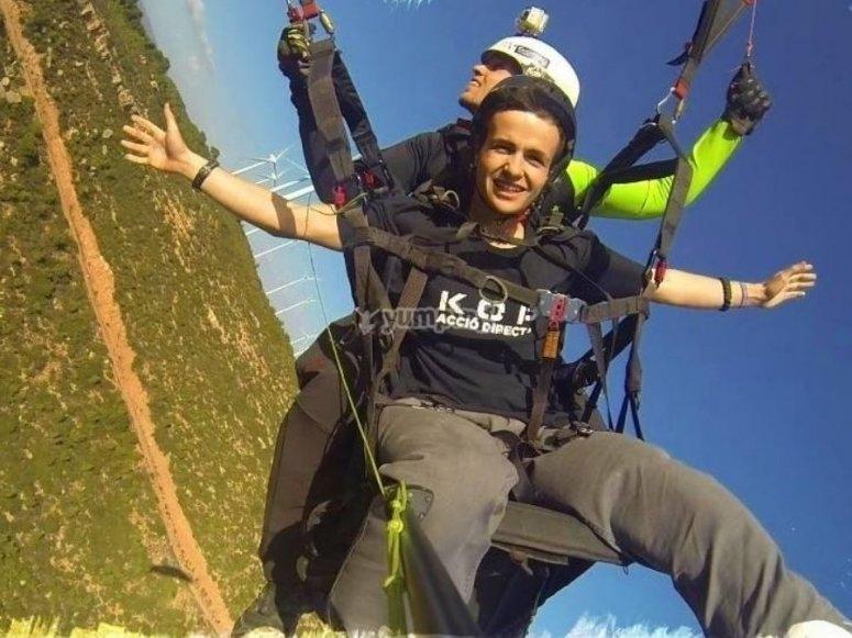 在张开双臂的滑翔伞