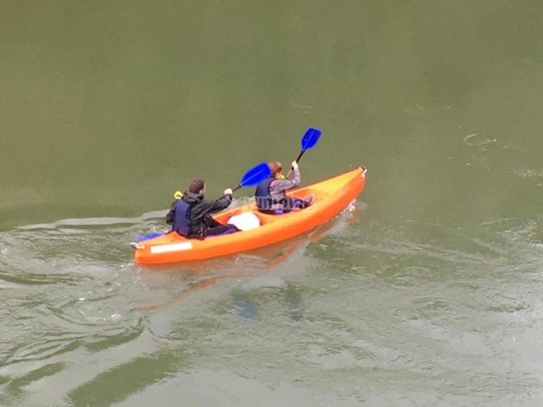 Pareja en canoa por el Sella