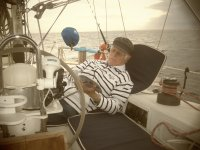 Navegando plácidamente a vela.