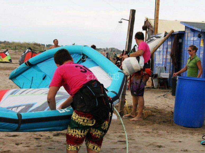 Assembling the kiteboarding equipment on the beach