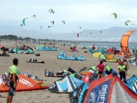Learning how to fly the kites in Costa Brava