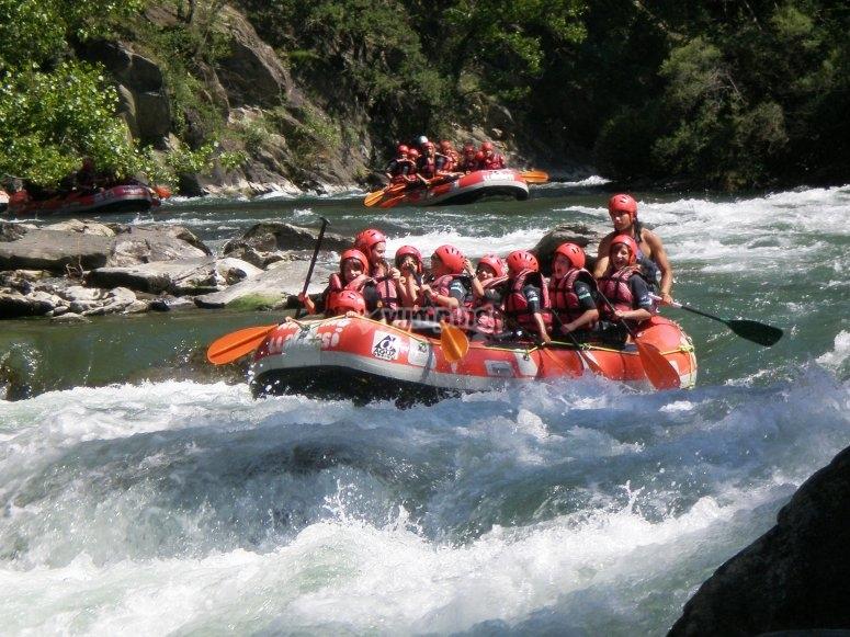 Practicando rafting en los Pirineos