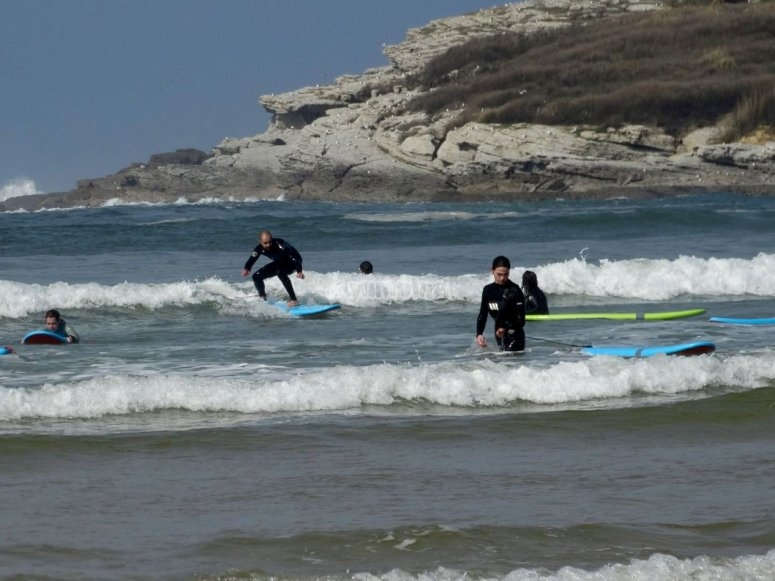 El grupo practicando en el agua