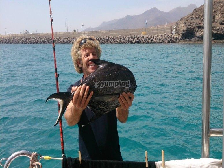 Sosteniendo un pescado