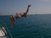 Salto hacia atras en el barco