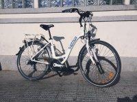 Bicicletta parcheggiata sul marciapiede
