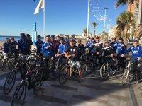 Partenza del gruppo attraverso Benidorm in bici
