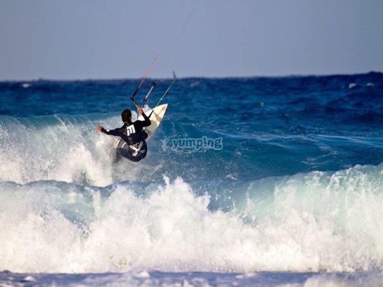 风筝冲浪抓住了第一个波在富埃特文图