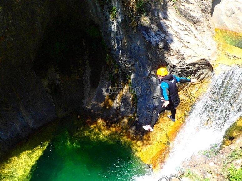 Saltando al lado de la cascada