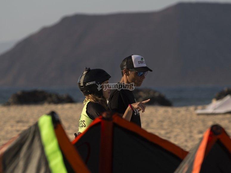 Preguntando al instructor de kitesurf