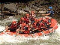 Haciendo rafting en el campamento