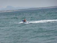 atravesando las olas