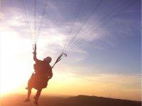 在日落时飞翔的风景