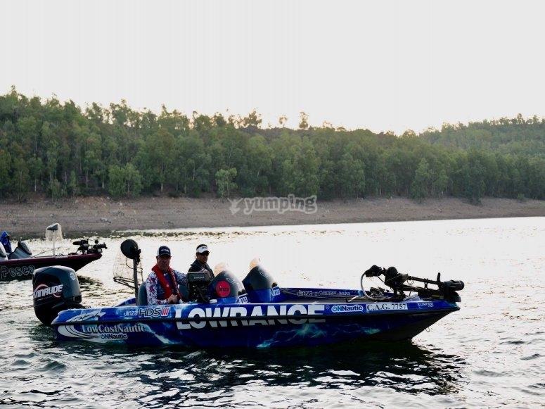 在奇亚拉水上钓鱼船租赁