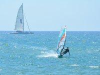Gavà的各个级别的风帆冲浪课程为6小时